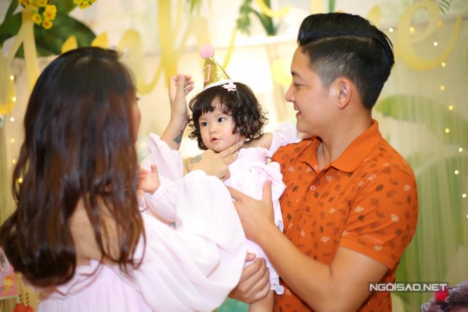 Vợ chồng Hải Băng - Thành Đạt làm tiệc thôi nôi cho con gái