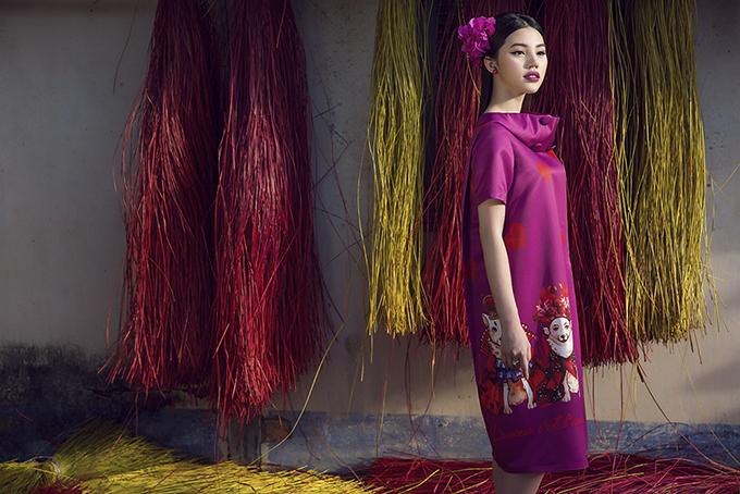 Hai nhà thiết kế Vũ Ngọc & Son lấy sắc tím để truyền tải tinh thần lãng mạn, nữ tính trong bộ sưu tập dành cho mùa xuân hè với tên gọi Mơ yêu.