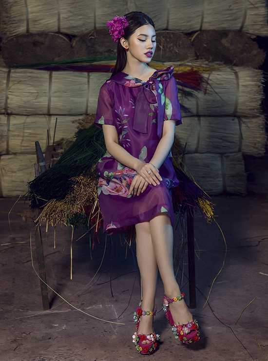 Chất liệu lụa tơ tằm, lụa bóng và voan lụa in hoa được phối hợp cùng nhau để tạo nên các kiểu váy đậm chất nữ tính.