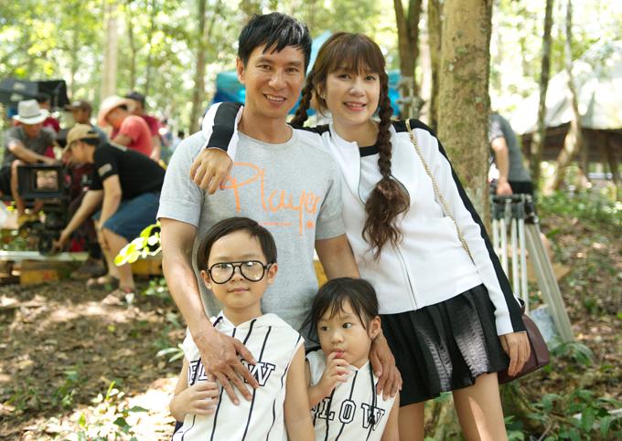 Gái 4 con đã ngoài 30 nhưng nhìn vẫn rất trẻ trung, xì tin. Lý Hải - Minh Hà chênh lệch gần 20 tuổi, kết hôn được gần 8 năm, tình cảm luôn mặn nồng, thắm thiết.