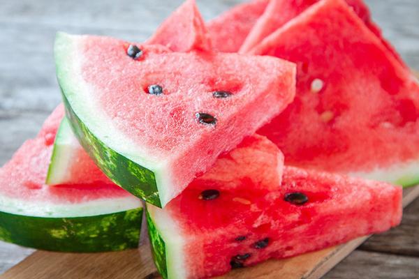 Với hàm lượng nước 93% và sự kết hợp của vitamin A, B6, C, dưa hấu giúp làm trắng da, sửa chữa vùng da hỏng hóc và bảo vệ làn da dưới ánh nắng gay gắt.