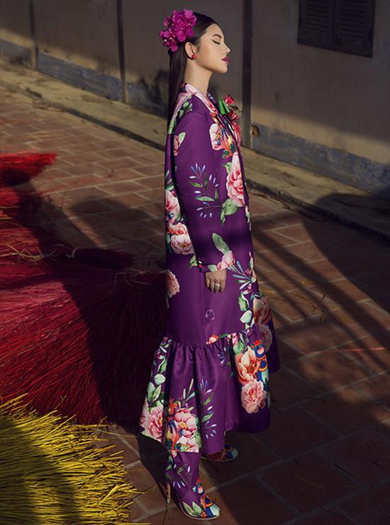 Bộ ảnhđược thực hiện bởigiám đốc sáng tạo Nguyễn Hoàng Anh, nhiếp ảnh Chanh Nguyễn, trang điểmNgân Thị, làm tóc Bale Hữu Tường, trang phục Vũ Ngọc & Son.