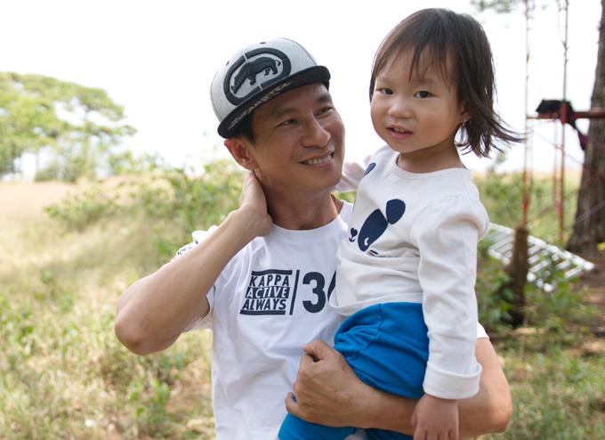 Bé Sunny rất bám bố. Lý Hải nổi tiếng là ông bố chiều con nhất nhì showbiz Việt.