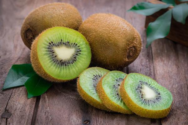 Kiwi là loại trái cây vượt trội về vitamin C và các chất oxy hóa, giúp duy trì sự đàn hồi, làm da mượt mà, săn chắc hơn.