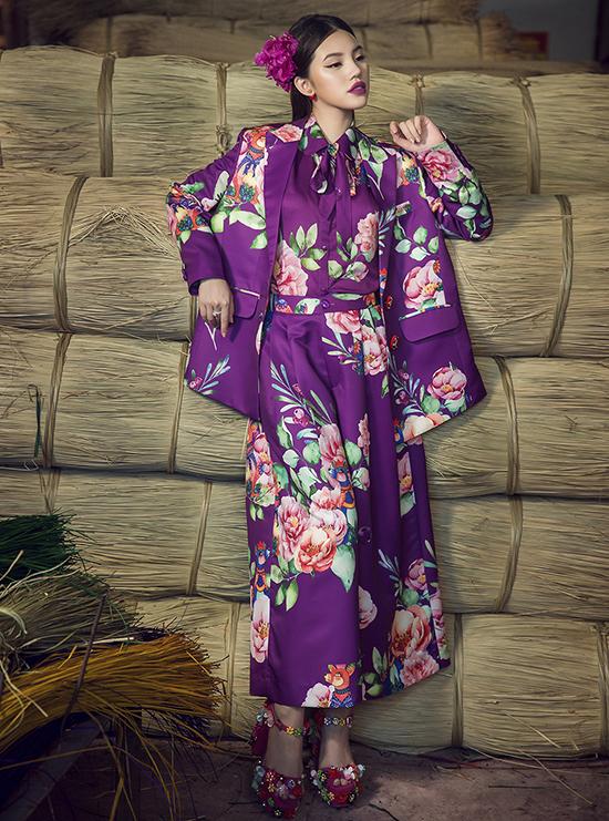 Những mẫu váy mang vẻ đẹp kinh điển như váy suông, váy xoè cổ điển, váy bút được đan xen cùng hơi thở hiện đại với suit thanh lịch, áo cổ vest phóng khoáng.