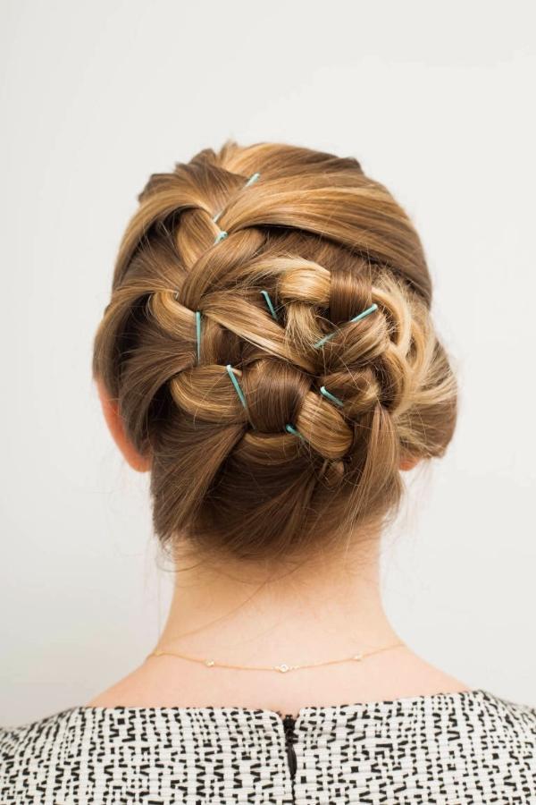 Sử dụng cặp tăm sáng màu thay cho màu đen cổ điển để kiểu tóc tết búi thêm phần bắt mắt.