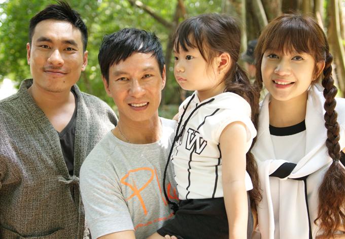 Vợ chồng nam ca sĩ chụp ảnh cùng diễn viên Kiều Minh Tuấn. Lý Hải tiết lộ anh mời vợ tham gia một vai phụ trong Lật mặt 3 nhưng Minh Hà từ chối vì muốn tập trung cho vai trò nhà sản xuất.