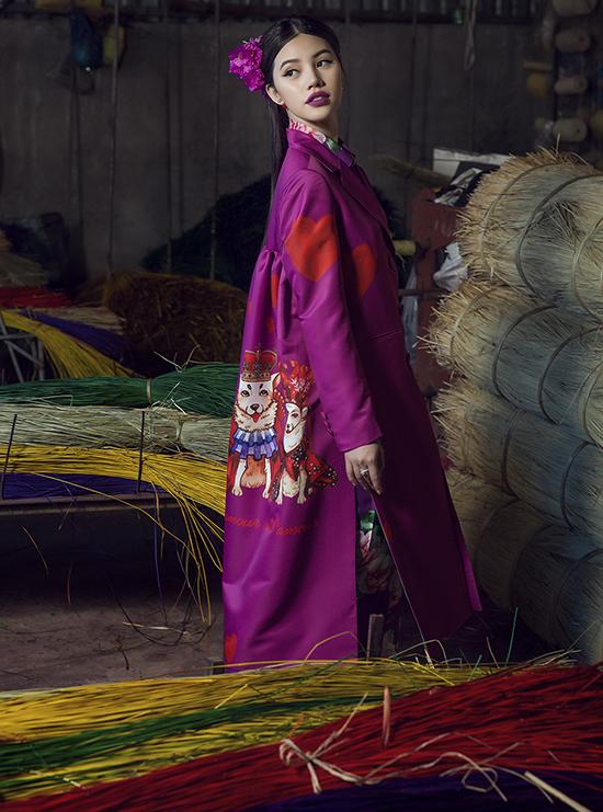 Màu sắc các thiết kế càng thêm rực rỡ khi đặt giữa không gian mộc mạc, bình dị của làng chiếu truyền thống Định Yên(Đồng Tháp), nơi lưu giữ nhiều nét đẹp quá vãng của miền đất phương Nam.