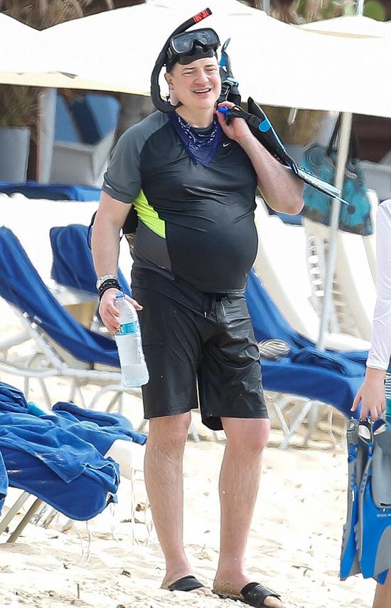 Brendan Fraser lộ bụng bia tròn xoe khi mặc đồ bơi tắm biển hôm 21/3.