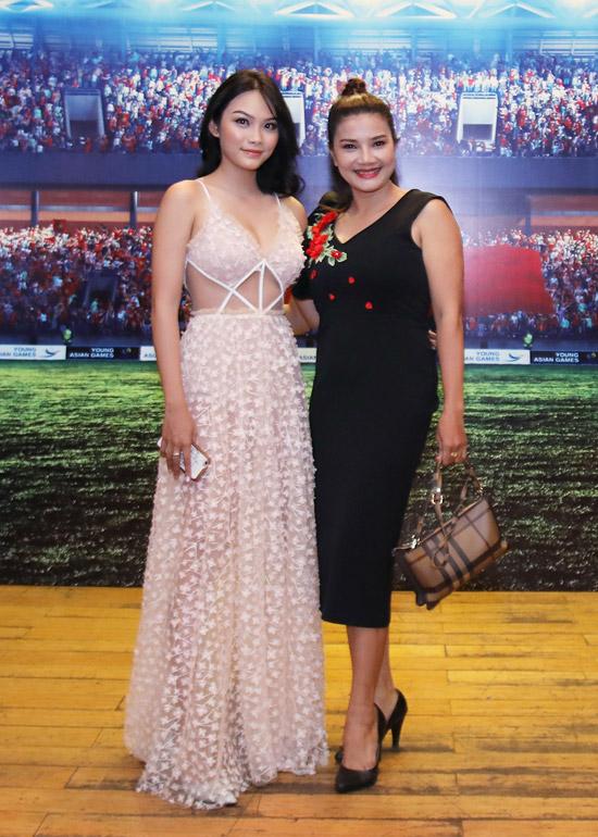 Thanh Tú sóng đôi cùng mẹ - diễn viên Kiều Trinh, đến dự buổi showcase phim điện ảnh về bóng đá11 niềm hy vọng vào chiều qua (22/3) tại TP HCM. Cô đảm nhận một vai phụ trong dự án lần này.