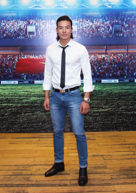 Hiếu Nguyễn cũng hóa thân thành một cầu thủ bóng đá trong tác phẩm lần này.