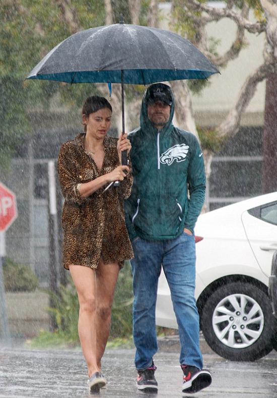 Irina Shayk và Bradley Cooper đội ô đi mua sắm ở Los Angeles hôm 21/3.
