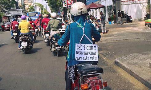 'Nữ Ninja' tập xe máy, đeo biển cảnh báo người đi đường