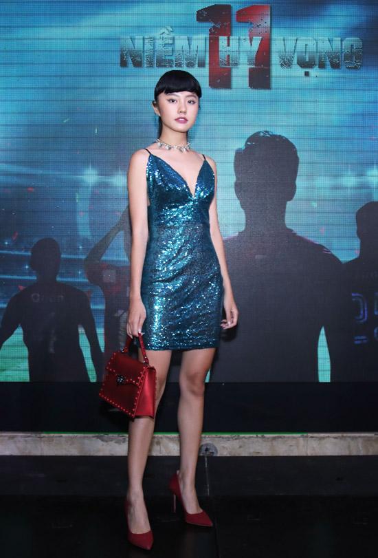 Rima Thanh Vy để lộ vóc dáng mảnh khảnh trong bộ váy sequin ngắn và khoét sâu ngực. Trong 11 niềm hy vọng, cô đảm nhận vai nữ chính tên Nhung.