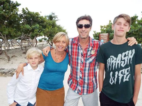 Cựu sao West Brom bên vợ và hai con trai tại khu nghỉ dưỡng