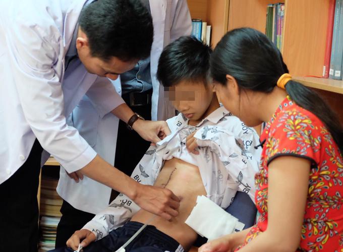Bệnh nhân đang được bác sĩ thăm khám sau khitái tạo dạ dày. Ảnh: Thiên Chương