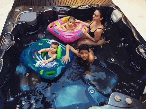 Bạn gái C. Ronaldo gợi cảm với bikini trong bể tắm với các con