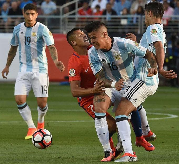 Marcos Rojo và Alexis Sanchez có mối thâm thù. Ảnh: NS.