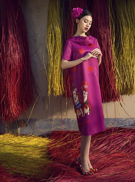Giày cao gót cũng được thiết kế riêng với kiểu dáng và sắc màu đồng điệu cùng từng mẫu trang phục.