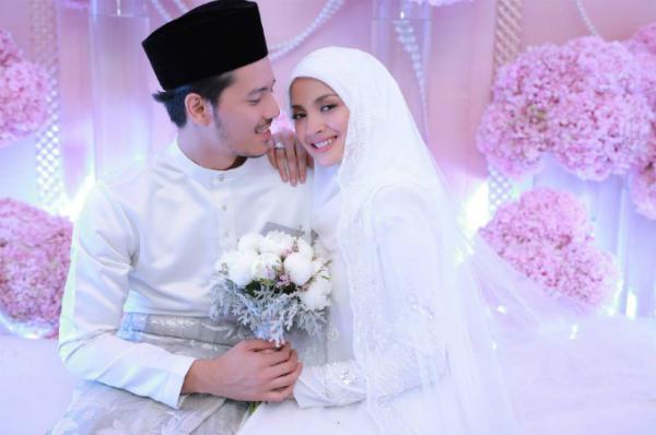 Cặp vợ chồng nổi tiếng rất chú trọng tới vấn đề thời trang trong đám cưới. Khi tổ chức hôn lễ truyền thống, cả hai cũng đã lựa chọn những bộ baju (trang phục truyền thống của Malaysia) màu trắng tinh khôi.