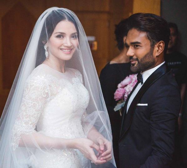 Cô dâu Nur kết hợp cùng khăn voăn trơn, dài.