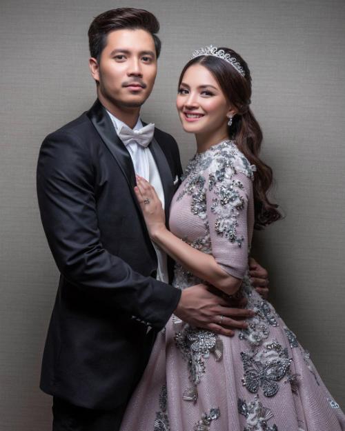Nur Fazura (sinh năm 1983)và Fattah Amin (sinh năm 1990) là hai nghệ sĩ đa tài của Malaysia, hoạt động nghệ thuật ở các lĩnh vực diễn viên, ca sĩ, người mẫu, VJ... Câu chuyện phim giả tình thậtgiữa hai người bắt đầu nảy nở khi cùng nhau tham gia seri phim truyền hình Hero Seorang Cinderella, trong đó Nur và Fattah vào vai một cặp tình nhân trên màn ảnh.