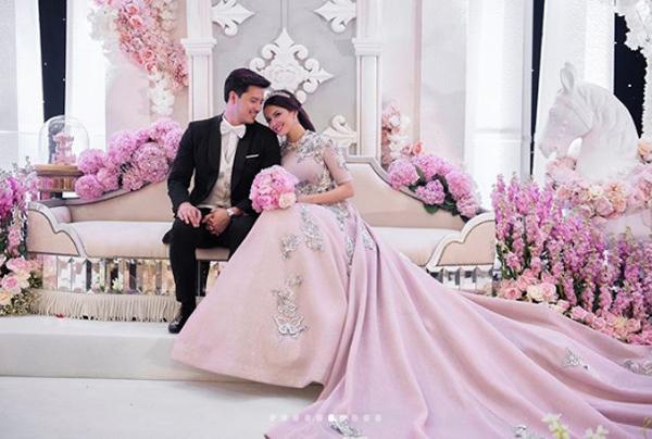 Khu vực backdrop chụp ảnh lưu niệm bố trí một chiếc sofa màu nude phủ kín hoa hồng cẩm tú cầu vàphi yến.