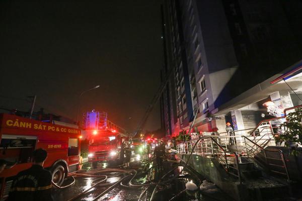 Lực lượng cứu hỏa và cảnh sát chữa cháy có mặt ở hiện trường để dập lửa và đưa người dân ra khỏi tòa nhà.