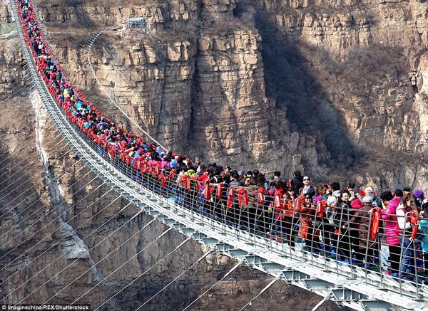 Hàng trăm người chen chân đi trên cây cầu treo đáy kính dài nhât thế giới