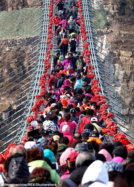 Hàng trăm người chen chân đi trên cây cầu treo đáy kính dài nhât thế giới - 1