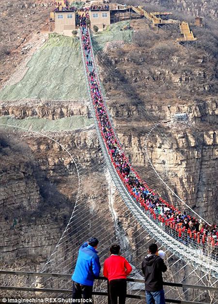 Hàng trăm người chen chân đi trên cây cầu treo đáy kính dài nhât thế giới - 2