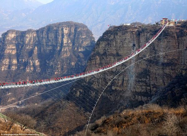 Hàng trăm người chen chân đi trên cây cầu treo đáy kính dài nhât thế giới - 3