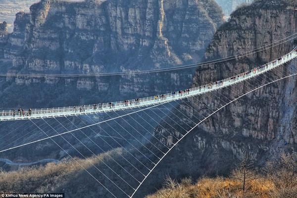 Hàng trăm người chen chân đi trên cây cầu treo đáy kính dài nhât thế giới - 4