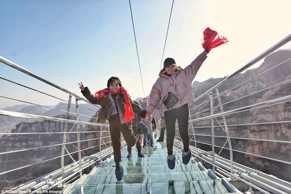 Hàng trăm người chen chân đi trên cây cầu treo đáy kính dài nhât thế giới - 5