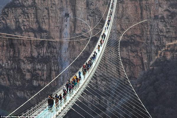 Hàng trăm người chen chân đi trên cây cầu treo đáy kính dài nhât thế giới - 6