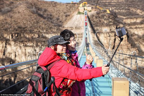 Hàng trăm người chen chân đi trên cây cầu treo đáy kính dài nhât thế giới - 7