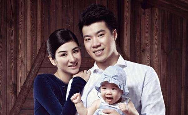 Huỳnh Nghị và Huỳnh Nghị Thanh bên con gái thuở chưa ly hôn.