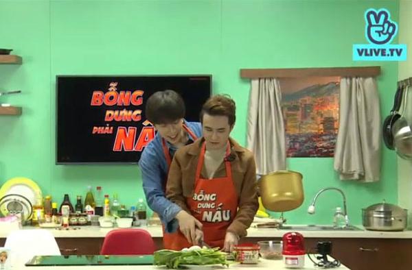 Cả hai đóng cặp thành một đôi uyên ương, cùng nhau băm tỏi. Nicky còn vòng ra sau, cầm tay Huỳnh Lập, thể hiện sự tình tứ, khiến khán giả tại trường quay cười ồ lên.