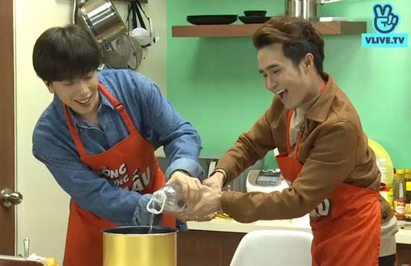 Nicky và Huỳnh Lập còn cùng nhau đổ nước vào nồi nấu cơm khi nghe bài hát Gửi anh xa nhớ.