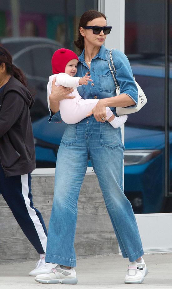 Irina Shayk được trông thấy bế con gái đi chơi vào tuần trước.