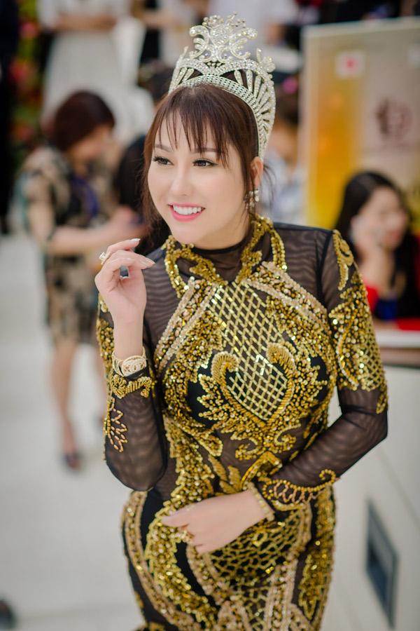 Cô xuất hiện với tư cách Hoa hậu doanh nhân thế giới người Việt ở Mỹ.