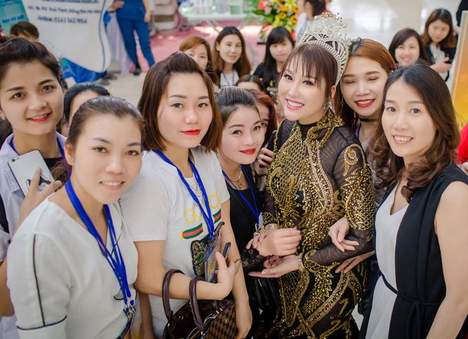 Người đẹp được nhiều fan nữ hâm mộ xin chụp ảnh chung.
