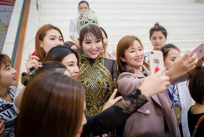 Sau khi giải quyết xong sự cố về kinh doanh, Phi Thanh Vân hoạt động tích cực trở lại. Cô sẽ ở Hà Nội một tuần tham dự các sự kiện và tranh thủ thăm thú, mua sắm đặc sản miền Bắc về Sài Gòn tặng người thân, bạn bè.