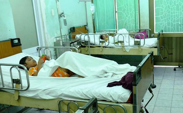 Hai con gái song sinh của vợ chồng chị Nguyên đang được điều trị tại Bệnh viện Nguyễn Tri Phương. Ảnh:Thiên Chương.