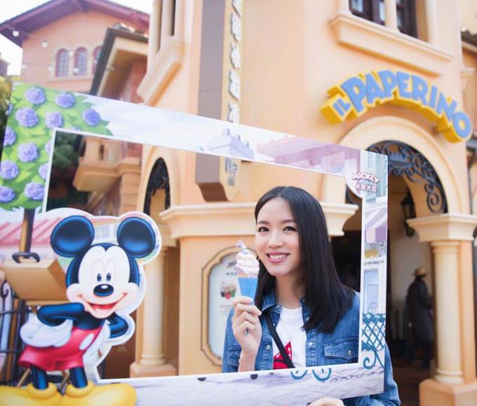 Hoa hậu Thế giới cùng gia đình có một ngày đáng nhớ ở Disneyland, Thượng Hải.