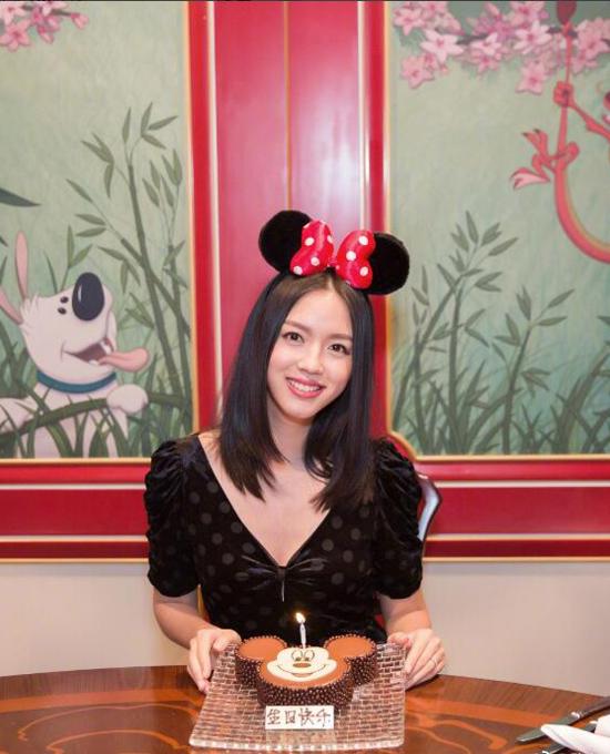 Trương Tử Lâm thích thú với bánh sinh nhật hình chuột Mickey.