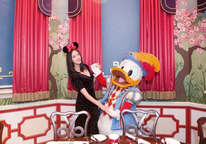 11 năm sau khi đăng quang Miss World 2007, Tử Lâm có cuộc sống bình yên và hạnh phúc bên doanh nhân Nhiếp Lỗi và con gái nhỏ.