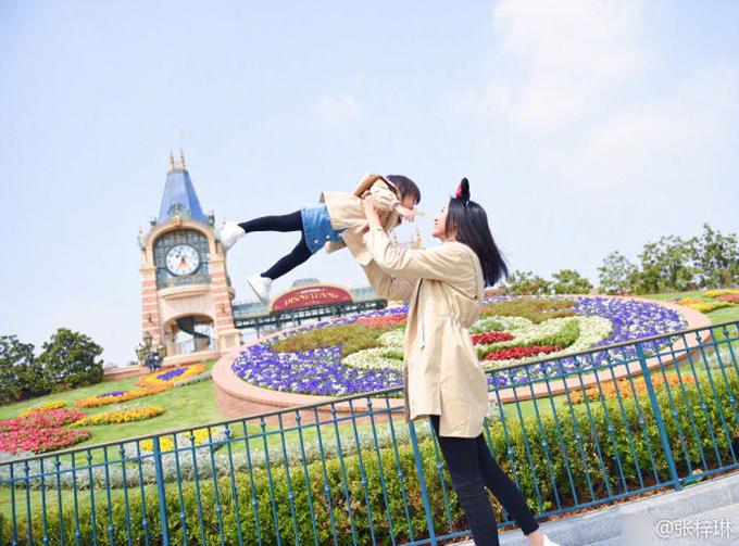 Hoa hậu Trương Tử Lâm đón sinh nhật 34 tuổi ở Disneyland - 2