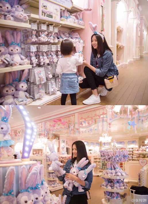 Hoa hậu và con gái cùng đi chọn những món đồ chơi dễ thương.