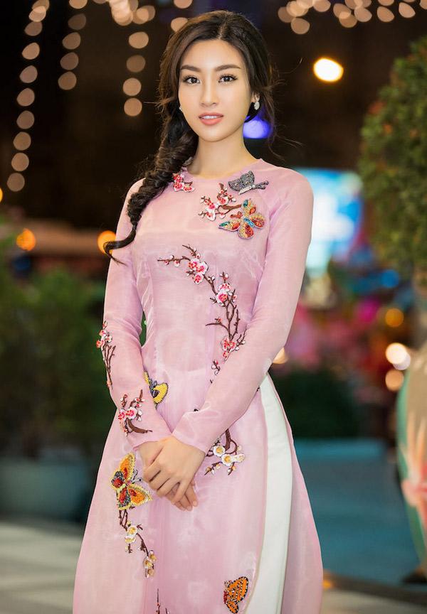 Đỗ Mỹ Linh đẹp dịu dàng khi diện áo dài của nhà thiết kế Thủy Nguyễn đi làm giám khảo.